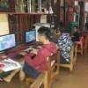 Warnet sedang Terendam Banjir, Dua Pengunjung tetap Melanjutkan Bermain Game Online