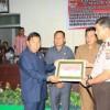 Bupati Sumendap Berikan Piagam Penghargaan Kepada Kapolres Minsel Saat Paripurna DPRD Mitra.