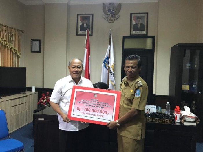 Wakili Bupati Minahasa Johanis Pesik Serahkan Bantuan Untuk Korban Banjir di Sentani